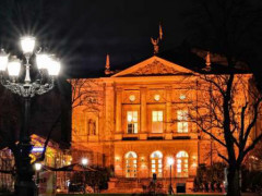 Deutsches Theater Orange angestrahlt